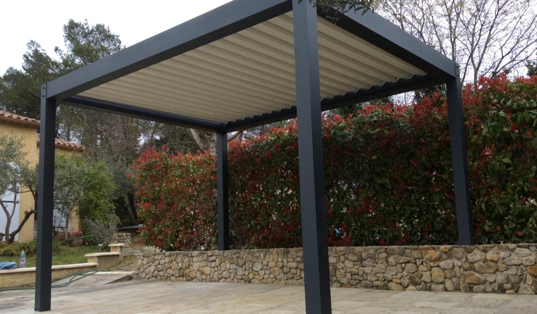 Une pergola bioclimatique pour aménager un espace de vie extérieur