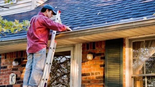 Comment nettoyer les gouttières de toit ?