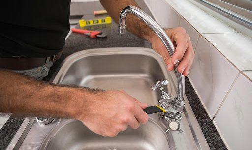 Que faire lorsqu'un robinet fuit dans la cuisine : comment réparer le robinet ?