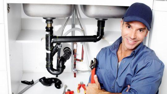 Les 7 principaux signes dont vous avez besoin d'urgence pour appeler le plombier